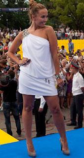 В 2006 году жанна фриске отпускает волосы ниже плеч